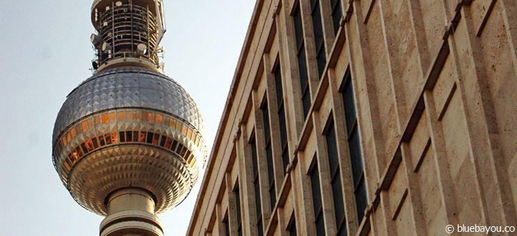 Der Berliner Fernsehturm vom Boden aus.