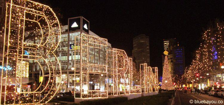 Der Berliner Ku'damm zur Weihnachtszeit mit der Gedächtniskirche im Hintergrund.