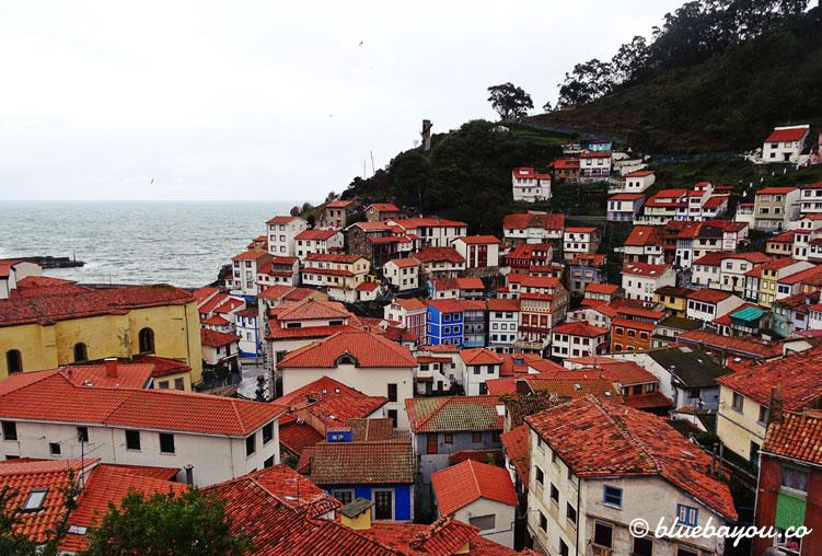 Blick auf Cudillero und das Meer.