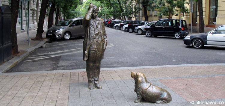 Columbo-Statue in Budapest: Auch der Inspektor wundert sich scheinbar, wo alle Flüchtlinge sein sollen.