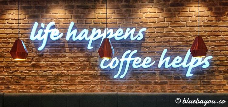 """Wandgestaltung mit Zitat bei Costa Coffee Berlin im Food Court """"Station Food"""" im Hauptbahnhof."""