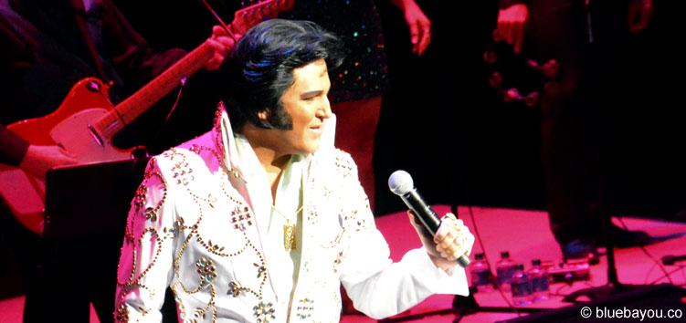 Dwight Icenhower auf der Bühne während des Finales des Ultimative Elvis Tribute Artist Contest 2015.