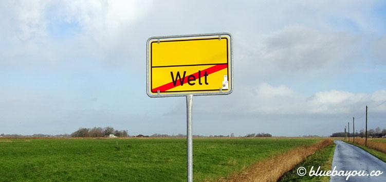Verrückte Ortsnamen: Das Ende von Welt in Schleswig-Holstein mit einer Straße ins Nirgendwo.