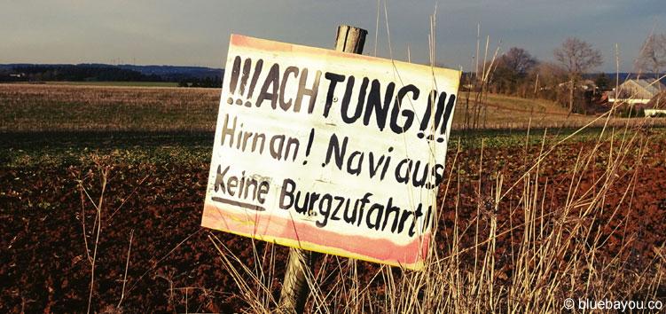 """Das zweite Schild auf dem falschen Weg zur Burg Cochem: """"Achtung! Hirn an! Navi aus! Keine Burgzufahrt!"""""""