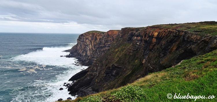Beeindruckende Klippen entlang des Küstenweges.