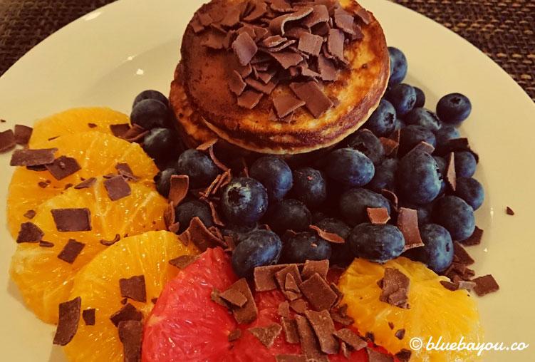 Fotoparade Essen: Mein Frühstück mit Blaubeer-Schoko-Pancakes und Zitrusfrüchten im Hotel in Rotterdam.