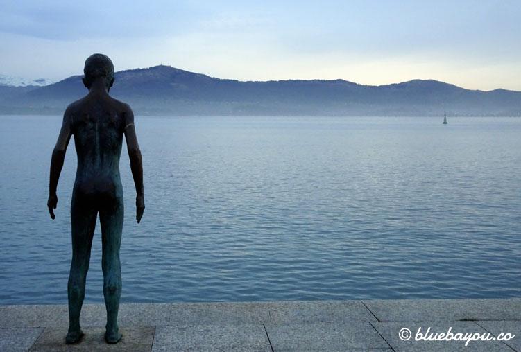 Die Statue eines Jungen in Santander, der kurz davor ist, ins Wasser zu springen.
