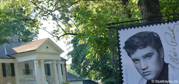 Elvis Presley auf seiner zweiten Briefmarke neben seinem geliebten Graceland-Haus.