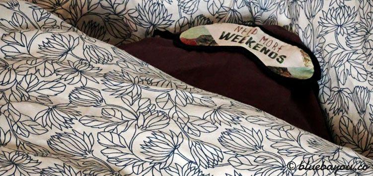 Kissen und Schlafbrille sind immer korrekt in der Bettdecke platziert, bevor diese für den Transport gerollt wird.