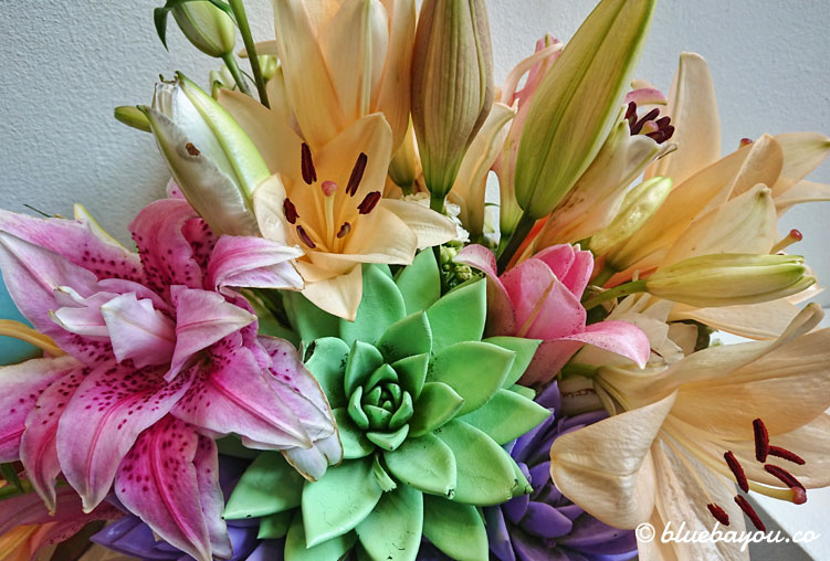 Pastellfarbenes Blumengesteck im Keukenhof.