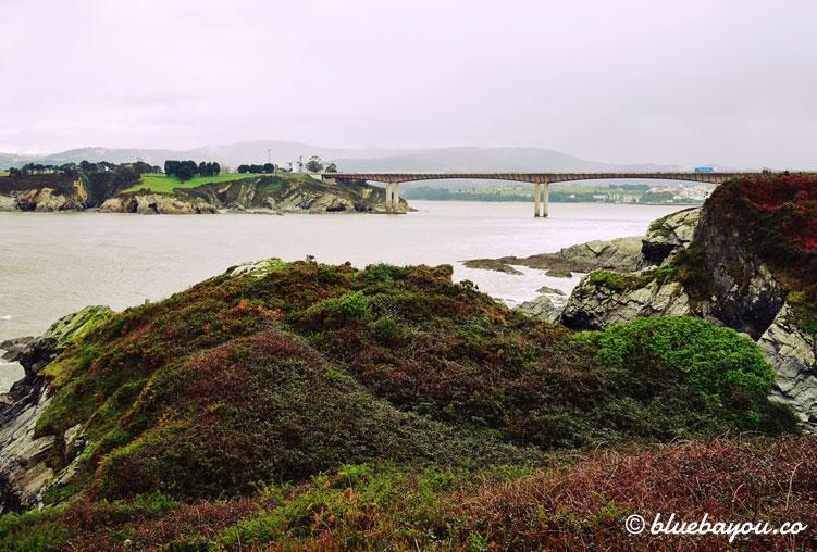 Der erste Blick auf die Küste Ribadeos mit der Autobahnbrücke.
