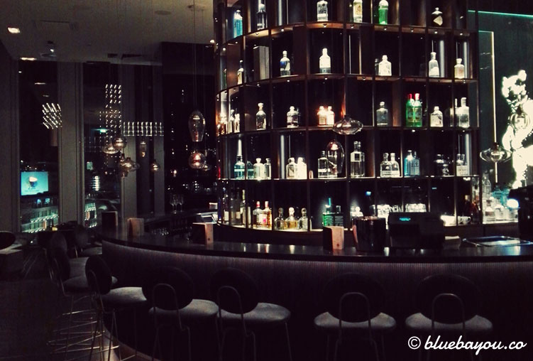Die Theke der One Lounge im 10. Stock des Motel One Berlin-Upper West.