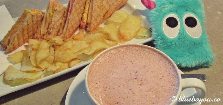 Sandwiches und Chips mit Kakao in der One Lounge des Motel One Hamburg-Alster.