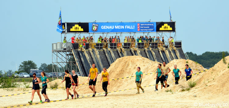 Mud Masters Teilnehmer im Sand auf der Strecke in Weeze nach dem Flyer Hindernis.