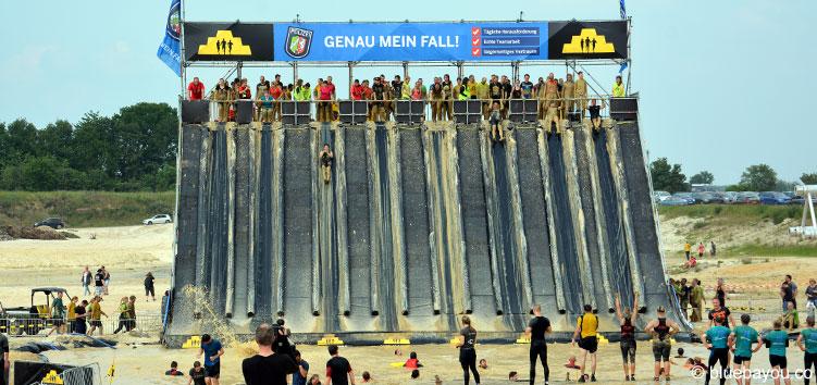 Das Flyer Hindernis beim Mud Masters Obstacle Run 2016 in Weeze: 10 Meter Höhe und freier Flug ins Wasser.