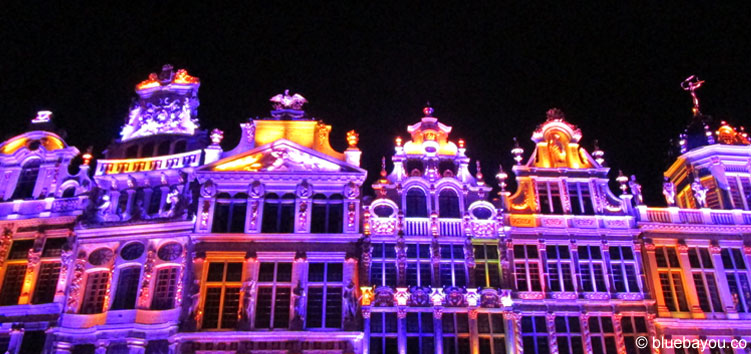 Die Häuser 1 bis 7 auf der Nordwest-Seite des Grand-Place in Brüssel bei Nacht.
