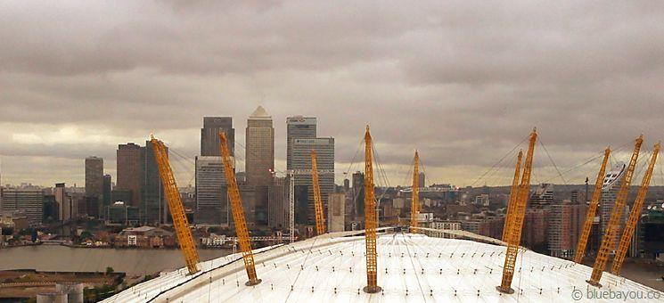 Blick aus der Londoner Emirates Air Line (Gondelbahn) auf die O2 Arena und die Canary Wharf Skyline