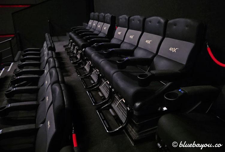 Das weiße Plastik unterhalb der Sitze sorgt im 4DX-Kino im richtigen Moment für eine Berührung an den Waden.