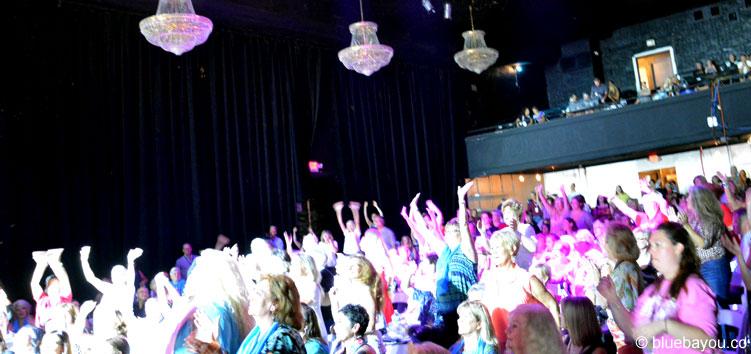 Standing Ovations für Ben Portsmouth am zweiten Konzertabend der Elvis Week im New Daisy Theater in Memphis.