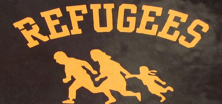 Ein Refugees Welcome Aufkleber auf einer Brücke in Budapest.