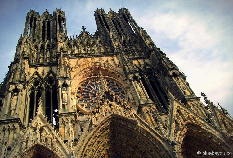 Die Kathedrale in Reims an einem sonnigen Tag.