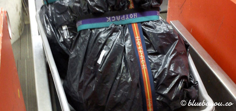 Rucksäcke für die halbe Weltreise: verpackt in Müllsäcke für die Flüge.