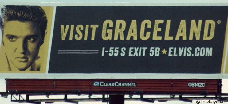 """Das """"Visit Graceland""""-Schild entlang der Interstate."""