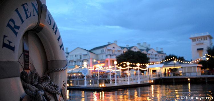 Blick vom Boot auf Disney's Yacht Club Resort im Walt Disney World, Florida.