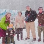 雪降る中で記念撮影
