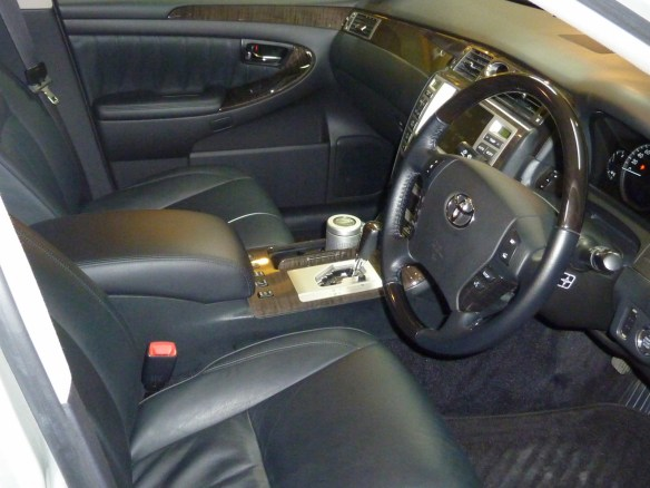 20131217-toyota-crown-majesta-10