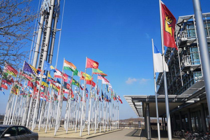 Flaggen vor der Messe