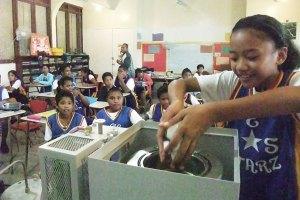 パラオの子どもたちにも紹介。ごみ問題の解決につながると、海外でも注目を集めている。