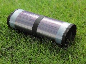 自社開発した携帯タイプの発電する巻物『solamaki』。ユニークなソーラー製品の開発にも取り組んでいる。