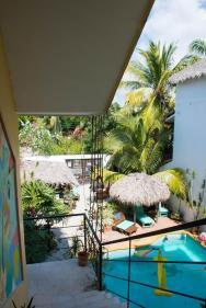 Bonobo Surf House pogled na dvorišče z bazenom