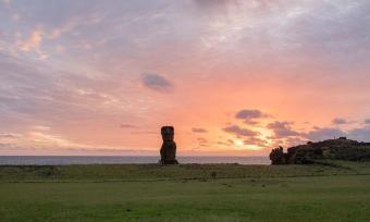 Sončni zahod na Velikonočnem otoku na kraju Ahu Tanai