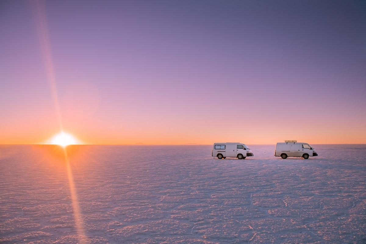Naslovna slika - kombija ob sončnem zahodu na Salar de Uyuni