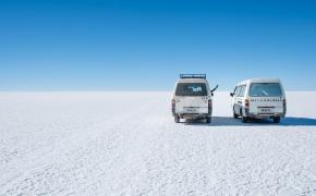 Naslovna slika za Potepuški nasveti za Salar de Uyuni - kombija v slani puščavi
