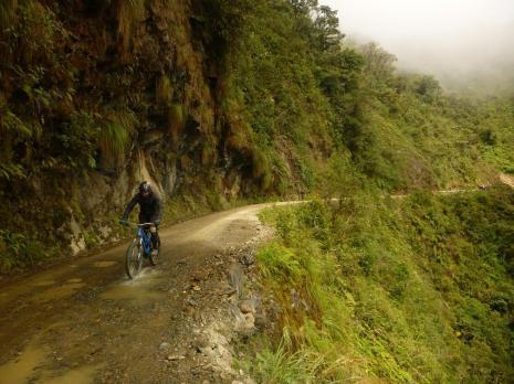 S kolesom po cesti smrti - Bojan na ozki cesti