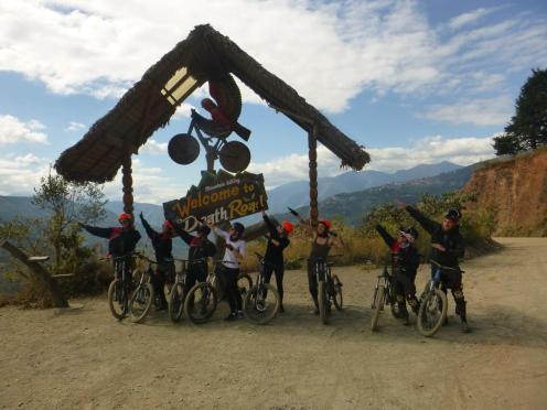 S kolesom po cesti smrti - vsa skupina pred znakom cesta smrti