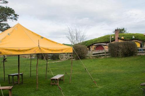 Prostor, kjer je v prvem filmu Gospodar prstanov potekala veselica - Šotor na travniku