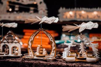 Iz lesa izrezljane miniaturne jaslice