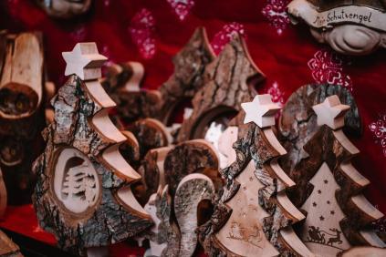 Lesene izrezljane smrečice kot okrasek