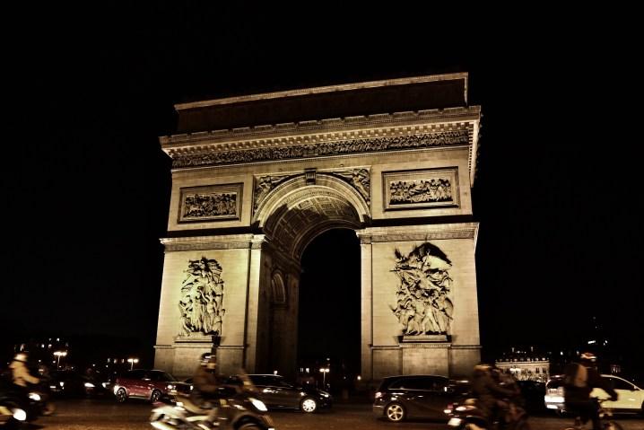 パリの凱旋門の夜景