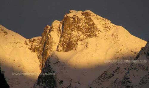 Neel KAnth Peak. TRUE GOLD....! This snow top is clicked in the early morning, just behind the Badrinath tample. There are many such hill tops you can enjoy watching in the morning.