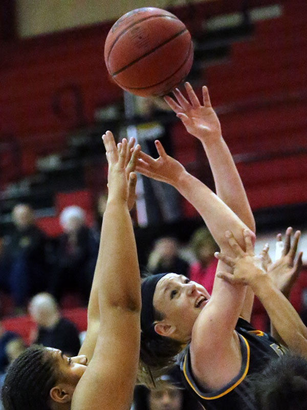 Michaela Thompson fights for the ball.