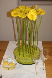 pflanzen_und_gefässe_tischschmuck_glas_blumen_gelb_gruen