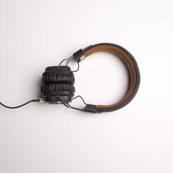 Kuvassa mustat langalliset kuulokkeet