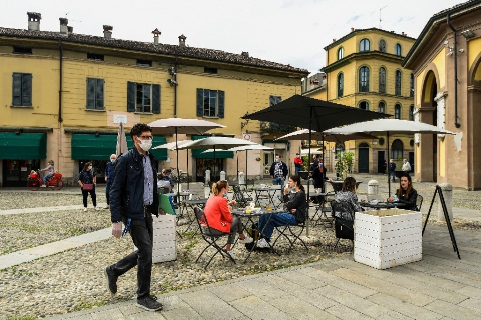 Codogno residents have a drink at a cafe terrace as Italy eases its lockdown aimed at curbing the spread of coronavirus - Miguel MEDINA / ©AFP
