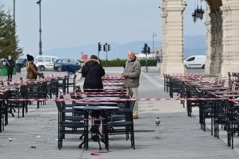 A cordoned-off bar terrace in Trieste on January 19 - Miguel MEDINA / ©AFP