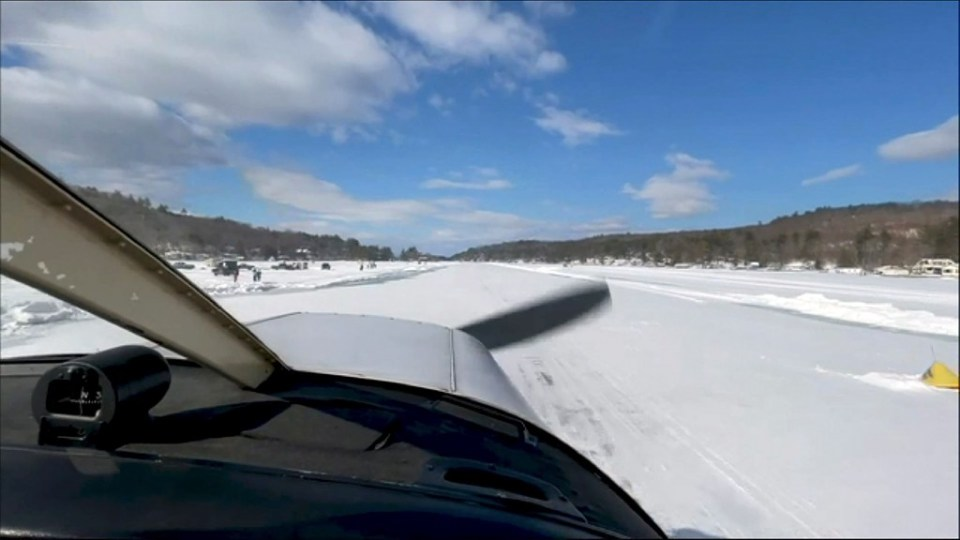 Pilot Scott Bahan in a Piper Cherokee small plane as it taxis to the icy runway in Alton, New Hampshire on Lake Winnipesaukee - Joseph PREZIOSO / ©AFP
